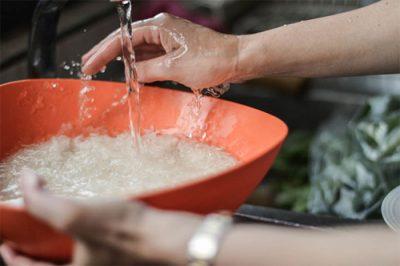 Vo gạo, đãi kỹ. Với một số loại gạo khô, cứng bạn nên ngâm trong vòng 30 phút rồi để ráo.